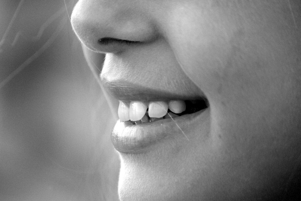 Blanchir ses dents efficacement grâce au charbon activé