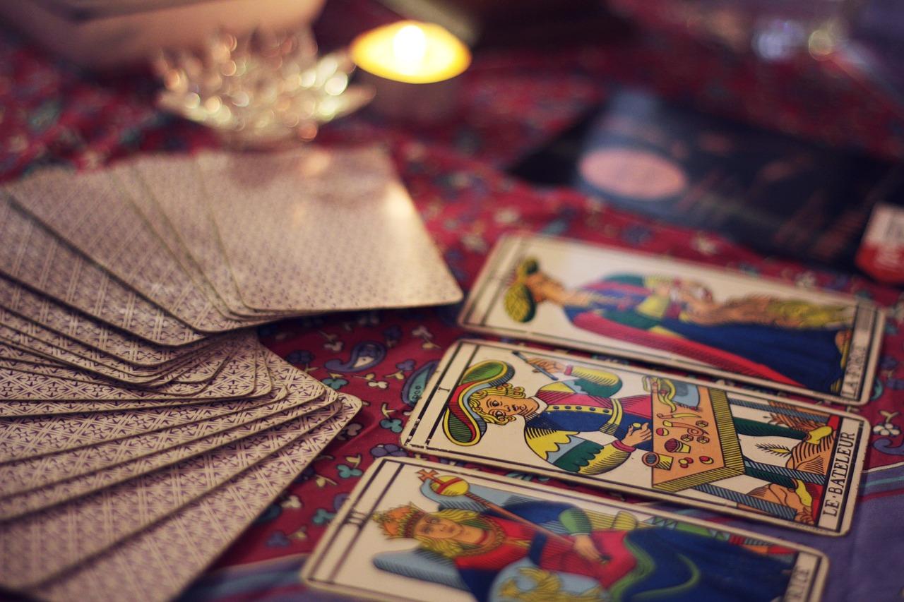 La lecture des cartes de Tarot est couramment pratiquée pour la voyance gratuite en ligne