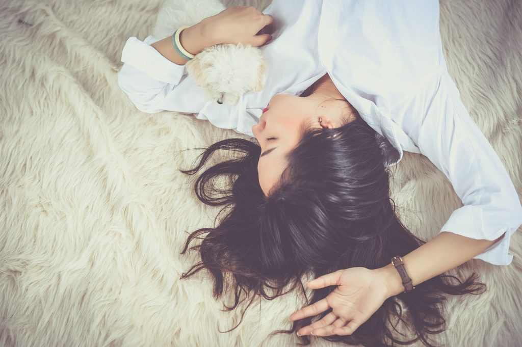 Les bienfaits des huiles essentielles sur le sommeil font l'objet de récentes études scientifiques